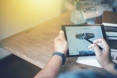 Beeld van jonge zakenlieden die touchpad op vergadering gebruiken royalty-vrije stock afbeeldingen