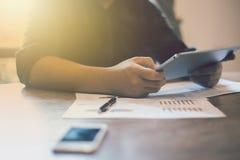 Beeld van jonge zakenlieden die touchpad op vergadering gebruiken stock fotografie