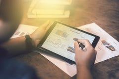 Beeld van jonge zakenlieden die touchpad op vergadering gebruiken stock afbeelding
