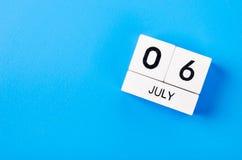 Beeld van 6 juli houten kleurenkalender Stock Afbeeldingen