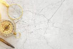 Beeld van kaart, vergrootglas en oud kompas Selectieve nadruk stock afbeeldingen