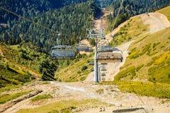 Beeld van kabelbaan bij voet bergen stock foto's