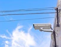 beeld van kabeltelevisie-camera op elektrische pool Stock Afbeeldingen