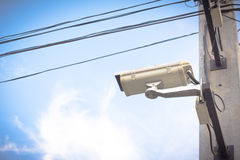beeld van kabeltelevisie-camera op elektrische pool Stock Afbeelding