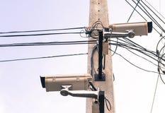 beeld van kabeltelevisie-camera op elektrische pool Stock Foto's