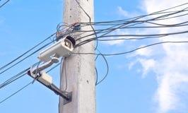 beeld van kabeltelevisie-camera op elektrische pool Stock Foto