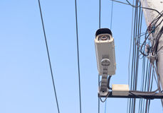 beeld van kabeltelevisie-camera op elektrische pool Royalty-vrije Stock Afbeelding