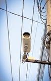 beeld van kabeltelevisie-camera op elektrische pool Stock Fotografie