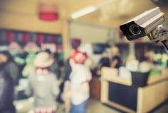Beeld van kabeltelevisie-veiligheidscamera op de vage achtergrond van de koffiewinkel Royalty-vrije Stock Foto's
