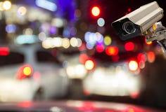 Beeld van kabeltelevisie-veiligheidscamera op de vage achtergrond van de nachtstraat Stock Fotografie
