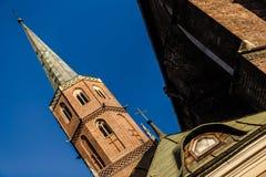 Beeld van kathedraal in ongebruikelijke hoek wordt genomen die Stock Afbeeldingen