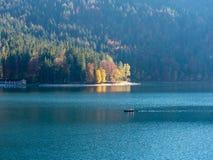 Beeld van kayaker op een vreedzaam bergmeer in de herfst royalty-vrije stock afbeeldingen