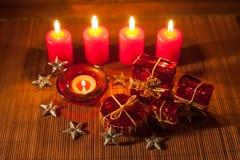 Beeld van Kerstmisdecoratie, kaarsen, giften op bruine achtergrond Stock Foto