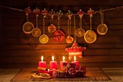 Beeld van Kerstmisdecoratie, kaarsen, giften op bruine achtergrond Royalty-vrije Stock Foto's
