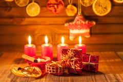 Beeld van Kerstmisdecoratie, kaarsen, giften op bruine achtergrond Royalty-vrije Stock Fotografie