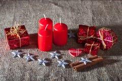 Beeld van Kerstmisdecoratie, kaarsen, giften op linnenachtergrond Royalty-vrije Stock Afbeelding