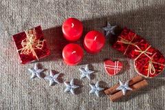 Beeld van Kerstmisdecoratie, kaarsen, giften op linnenachtergrond Royalty-vrije Stock Fotografie