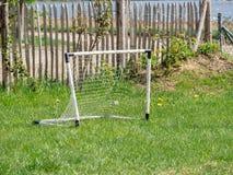 Beeld van kinderenstuk speelgoed voetbaldoel in de tuin royalty-vrije stock foto