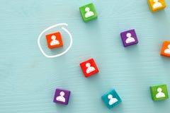 beeld van kleurrijke blokken met mensenpictogrammen over houten lijst, personeel en beheersconcept Stock Foto's