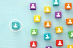 beeld van kleurrijke blokken met mensenpictogrammen over houten lijst, personeel en beheersconcept Royalty-vrije Stock Foto's