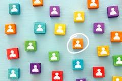 beeld van kleurrijke blokken met mensenpictogrammen over houten lijst, personeel en beheersconcept Stock Fotografie