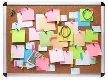 Beeld van kleurrijke kleverige nota's over cork geïsoleerd prikbord Royalty-vrije Stock Afbeelding