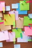 Beeld van kleurrijke kleverige nota's over cork prikbord Royalty-vrije Stock Foto