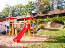 Beeld van kleurrijke playgound op zandige grond stock fotografie
