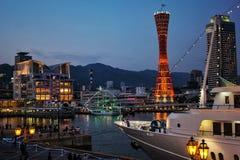 Beeld van Kobe Tower Port, oriëntatiepunt in Kobe Harbor Land, met schip en jacht bij de avond wordt gevestigd die stock afbeeldingen