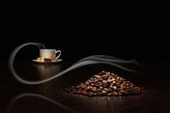 De bonen van de koffie en witte kop Royalty-vrije Stock Afbeelding