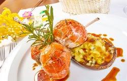 Beeld van lamskoteletten op een bed van groentenaubergine met groenten wordt gevuld die Stock Afbeeldingen