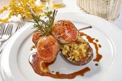 Beeld van lamskoteletten op een bed van groentenaubergine met groenten wordt gevuld die Royalty-vrije Stock Fotografie
