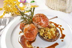 Beeld van lamskoteletten op een bed van groentenaubergine met groenten wordt gevuld die Stock Fotografie