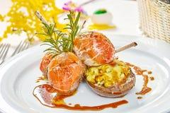Beeld van lamskoteletten op een bed van groentenaubergine met groenten wordt gevuld die Stock Foto's