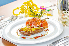 Beeld van lamskoteletten op een bed van groentenaubergine met groenten wordt gevuld die Royalty-vrije Stock Foto's