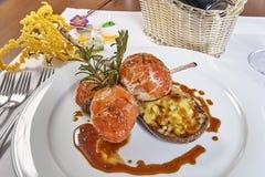 Beeld van lamskoteletten op een bed van groentenaubergine met groenten wordt gevuld die Royalty-vrije Stock Afbeelding