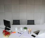Beeld van laptop, mobiele telefoon, pennen, potloden, Witboek op witte des royalty-vrije stock foto's