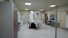 Beeld van leeg schoon steriel x-ray kabinet met moderne binnen medische apparatuur, groene laag en groot radiographical apparaat stock footage