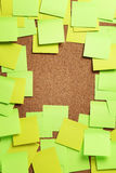 Beeld van lege groene en gele kleverige nota's over cork bulletin BO royalty-vrije stock fotografie