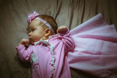 Beeld van leuk meisje in roze kostuum en mantel Royalty-vrije Stock Afbeeldingen