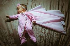 Beeld van leuk meisje in roze kostuum en mantel Royalty-vrije Stock Foto