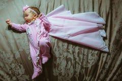 Beeld van leuk meisje in roze kostuum en mantel Stock Foto