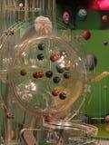 Beeld van loterijballen tijdens extractie Stock Afbeeldingen
