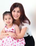 Het volledige van het lengte chinese ouder en kind begroeten aan elkaar royalty vrije stock - Planklengte van het kind ...