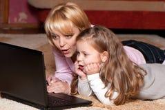 Beeld van moeder en kind met laptop computer Stock Afbeelding