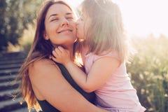 Beeld van moeder en kind met speciale behoeften stock afbeelding