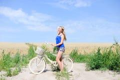 Beeld van mooi blond meisje met cyclus op royalty-vrije stock fotografie