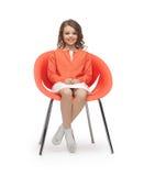 Het meisje die van de pre-tiener in vrijetijdskleding op stoel zitten Stock Foto's