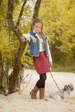 Beeld van mooi weinig het model stellen met hond Royalty-vrije Stock Foto's