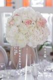 Beeld van mooie bloemen op huwelijkslijst Royalty-vrije Stock Afbeeldingen